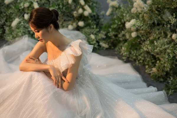Á hậu Thụy Vân và bạn gái nghệ sĩ Công Lý lộng lẫy trong váy cưới - hình ảnh 13