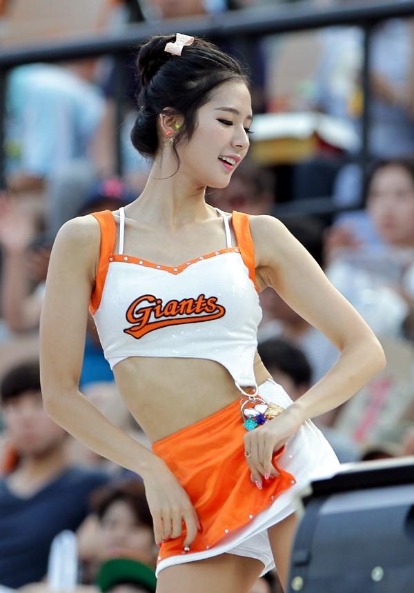 """""""Nữ cổ động viên hot nhất xứ Hàn"""" lúng túng kéo quần siêu ngắn trước mắt công chúng"""