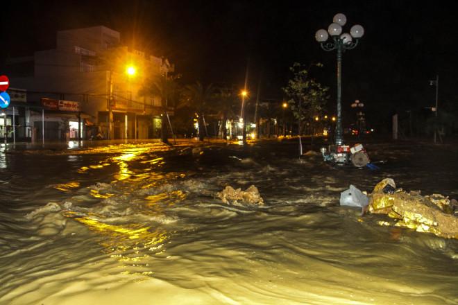 Lũ xuống bất ngờ, xe cộ 'bơi' trong biển nước ở TP Quy Nhơn - 1