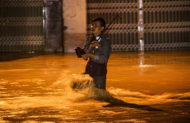 Lũ xuống bất ngờ, xe cộ 'bơi' trong biển nước ở TP Quy Nhơn - 2