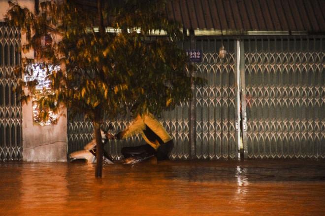 Lũ xuống bất ngờ, xe cộ 'bơi' trong biển nước ở TP Quy Nhơn - 3