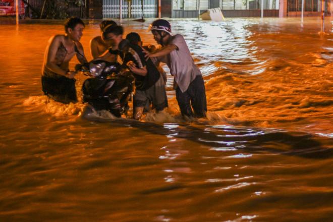 Lũ xuống bất ngờ, xe cộ 'bơi' trong biển nước ở TP Quy Nhơn - 4