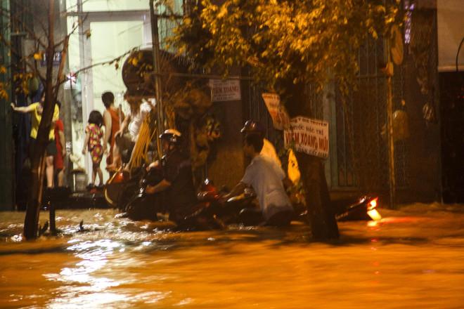 Lũ xuống bất ngờ, xe cộ 'bơi' trong biển nước ở TP Quy Nhơn - 7