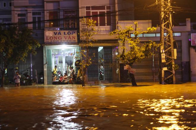 Lũ xuống bất ngờ, xe cộ 'bơi' trong biển nước ở TP Quy Nhơn - 8