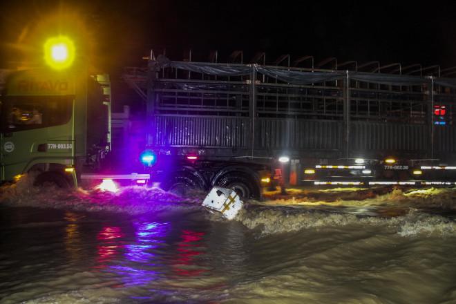 Lũ xuống bất ngờ, xe cộ 'bơi' trong biển nước ở TP Quy Nhơn - 10