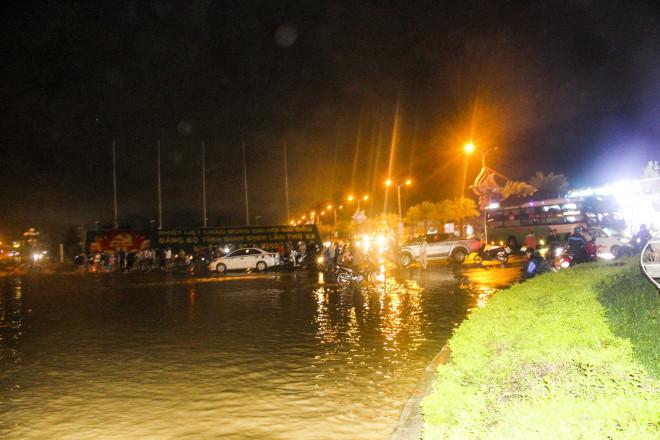Lũ xuống bất ngờ, xe cộ 'bơi' trong biển nước ở TP Quy Nhơn - 11