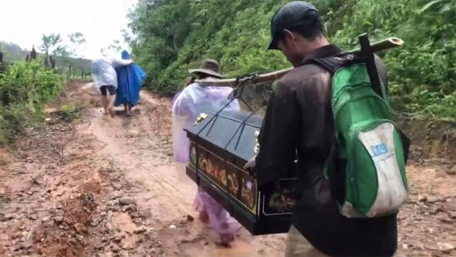Người thân lội bùn băng rừng gánh quan tài cậu bé tí hon khiến H'Hen Niê nghẹn ngào - hình ảnh 2