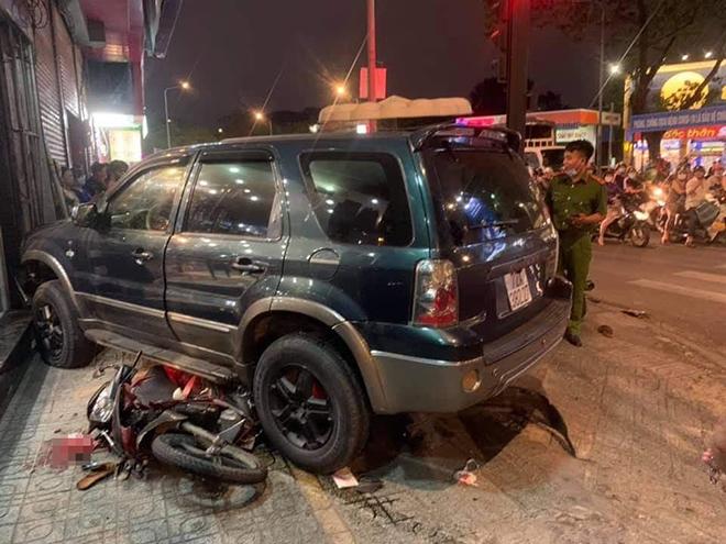 Ô tô tông hàng loạt xe máy và cảnh tượng hãi hùng trên phố Sài Gòn - 1