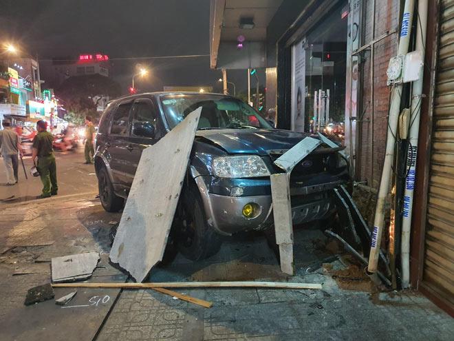 Ô tô tông hàng loạt xe máy và cảnh tượng hãi hùng trên phố Sài Gòn - 4