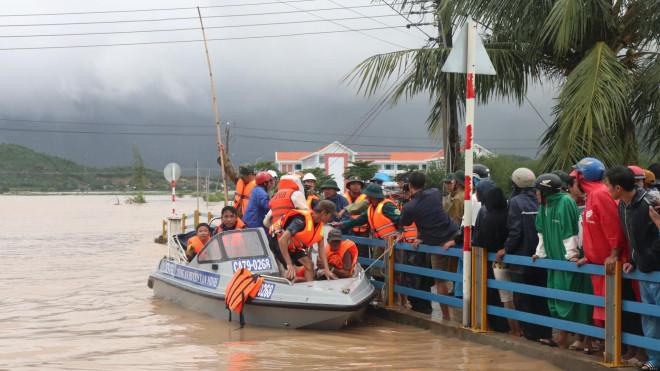 Giám đốc Sở NN-PTNT Khánh Hòa: Đi chống bão mà giống đi du lịch, nhìn phản cảm! - 2