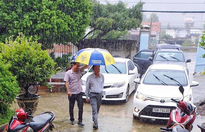 Giám đốc Sở NN-PTNT Khánh Hòa: Đi chống bão mà giống đi du lịch, nhìn phản cảm! - 1