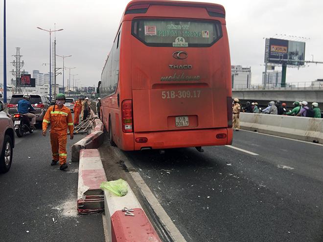 Kẹt xe khủng khiếp qua hiện trường TNGT trên cầu Sài Gòn - hình ảnh 2