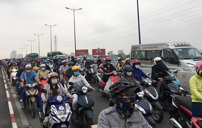 Kẹt xe khủng khiếp qua hiện trường TNGT trên cầu Sài Gòn - hình ảnh 4