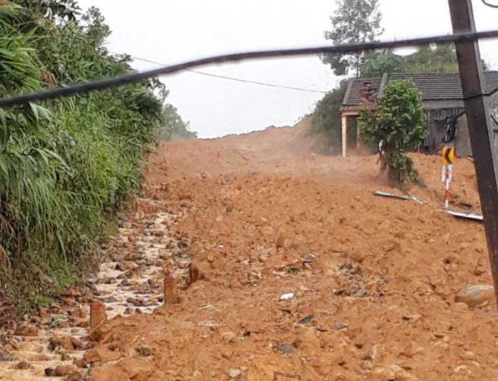 Một ngôi làng ở Quảng Ngãi bị vùi lấp sau tiếng nổ lớn - hình ảnh 2