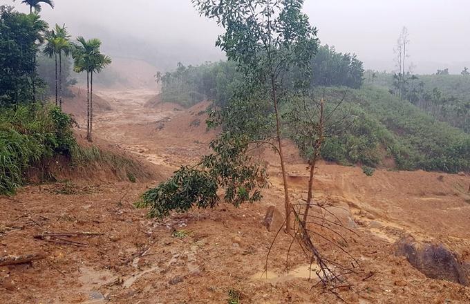 Một ngôi làng ở Quảng Ngãi bị vùi lấp sau tiếng nổ lớn - hình ảnh 1