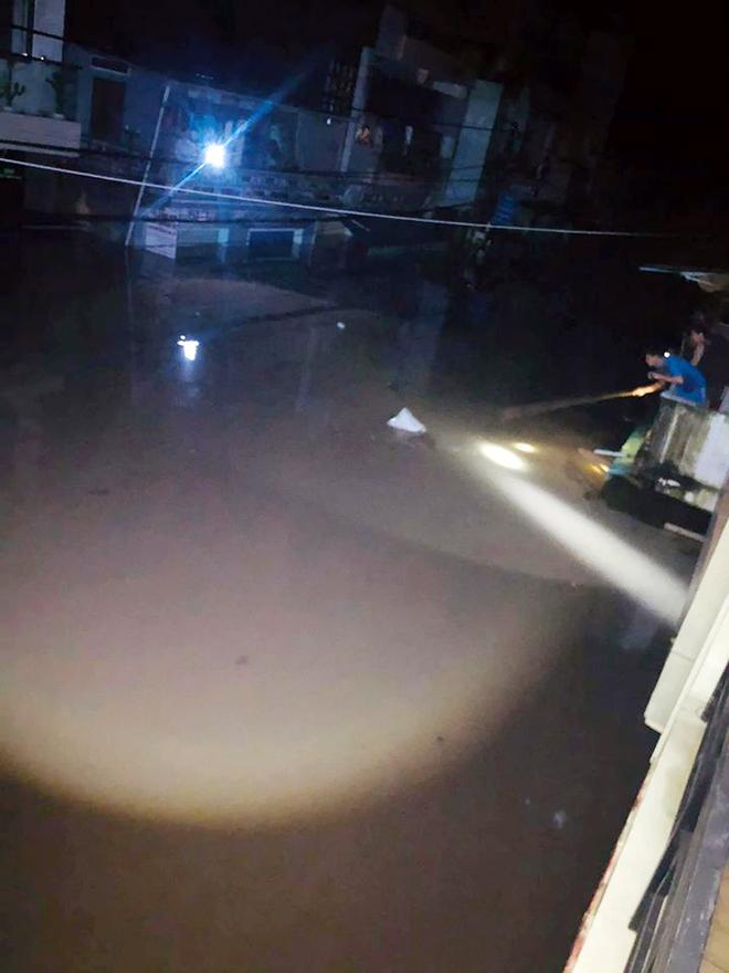Nước ngập lút nóc nhà, dân tháo chạy lên rừng lúc nửa đêm - hình ảnh 3