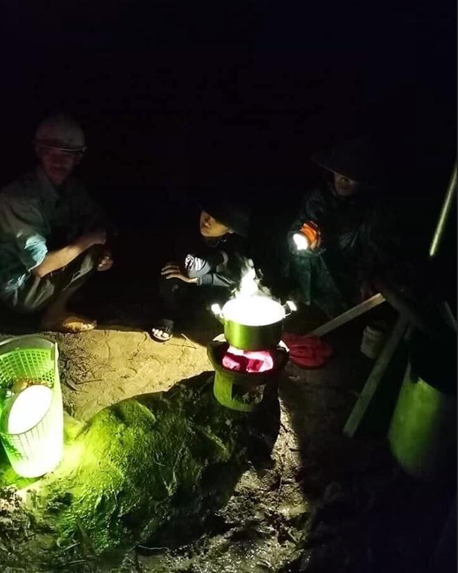 Nước ngập lút nóc nhà, dân tháo chạy lên rừng lúc nửa đêm - hình ảnh 7