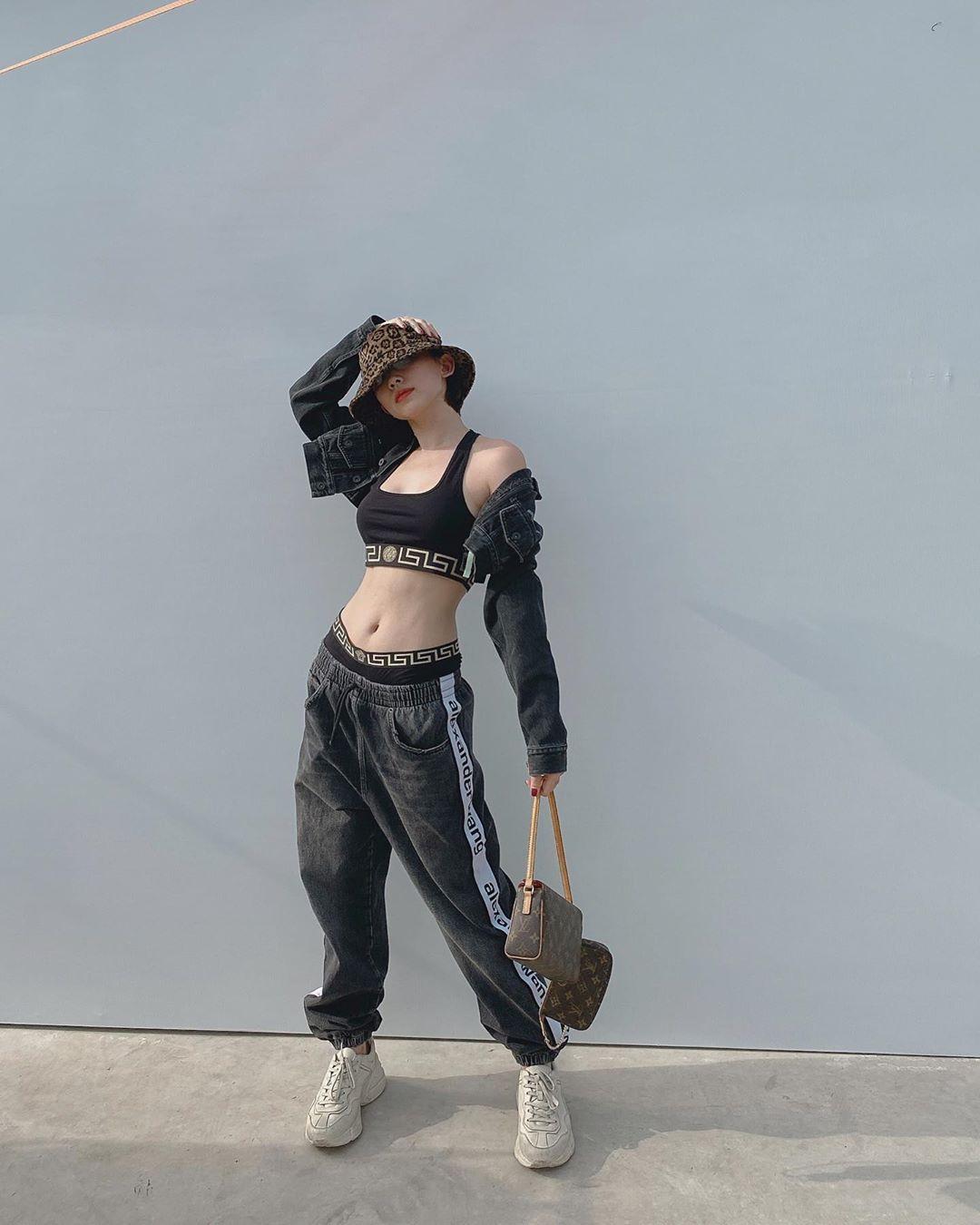 """Mặc lại """"áo vành đai"""" siêu ngắn, Tóc Tiên tích cực lăng xê phong cách Streetwear - hình ảnh 9"""