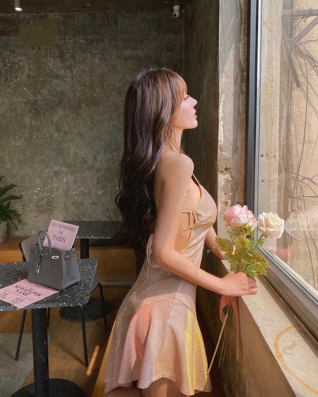 """Váy, áo """"toang"""" mạn sườn của chị em châu Á: Người đẹp vẻ mong manh, kẻ hở phô phản cảm - 1"""