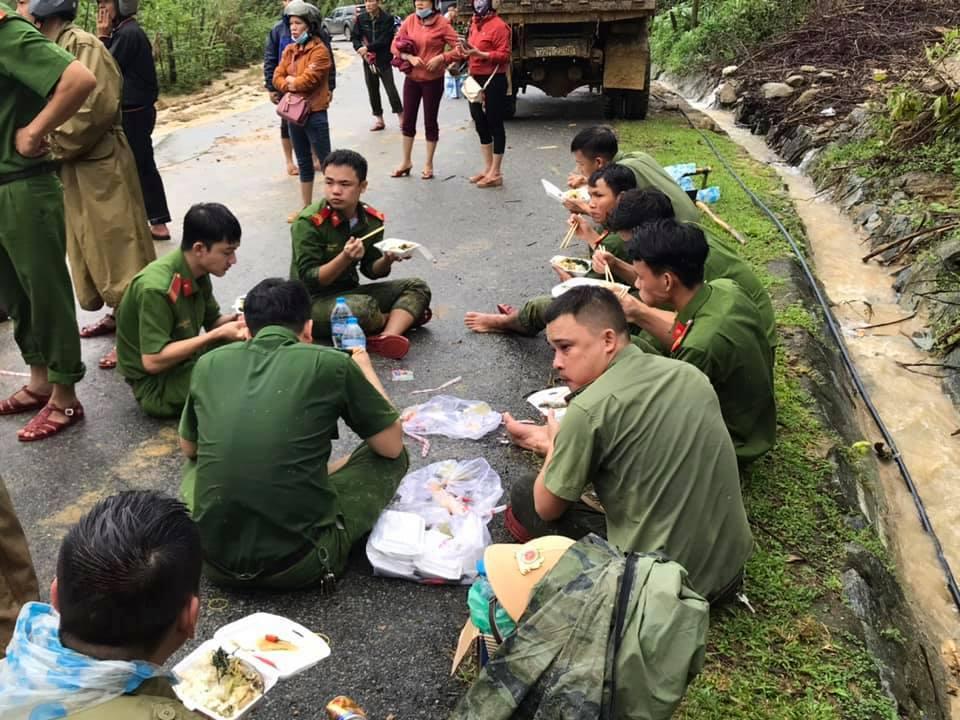 Xúc động cảnh ăn vội, đội mưa tìm người mất tích do sạt lở đất ở Quảng Nam - hình ảnh 1