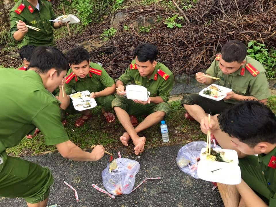Xúc động cảnh ăn vội, đội mưa tìm người mất tích do sạt lở đất ở Quảng Nam - hình ảnh 2