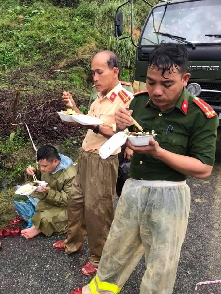 Xúc động cảnh ăn vội, đội mưa tìm người mất tích do sạt lở đất ở Quảng Nam - hình ảnh 3