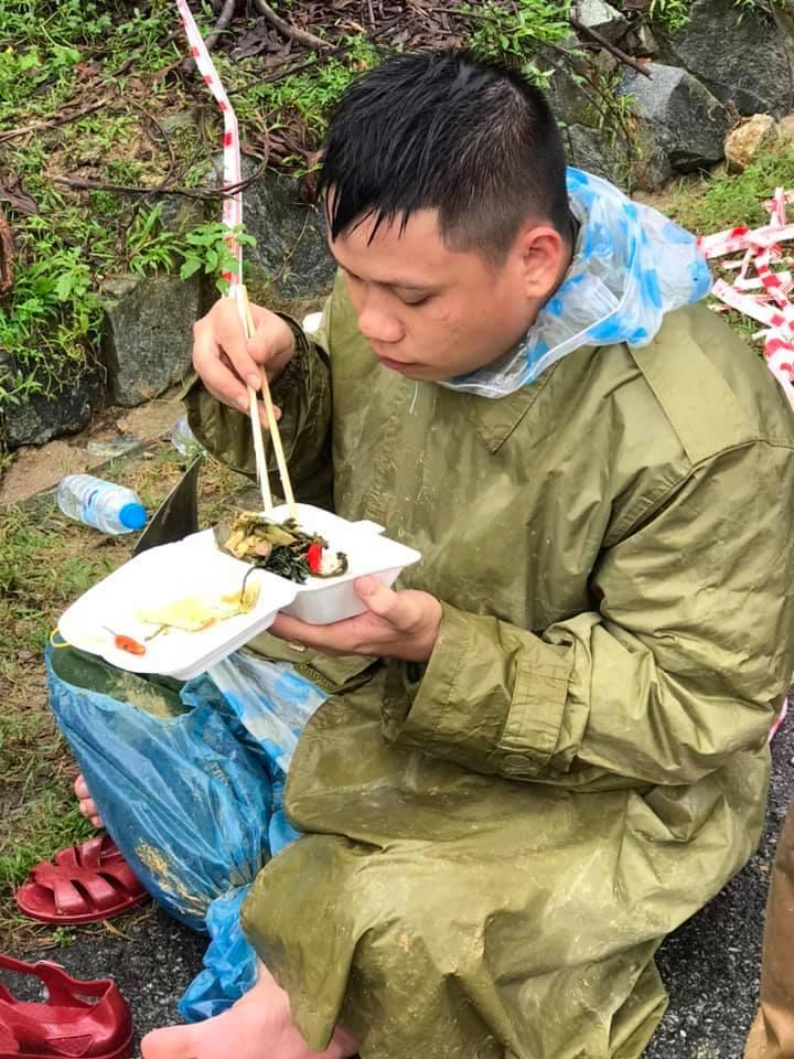 Xúc động cảnh ăn vội, đội mưa tìm người mất tích do sạt lở đất ở Quảng Nam - hình ảnh 4