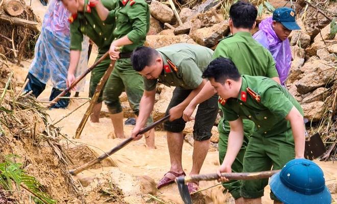 Xúc động cảnh ăn vội, đội mưa tìm người mất tích do sạt lở đất ở Quảng Nam - hình ảnh 5