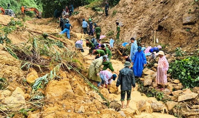 Xúc động cảnh ăn vội, đội mưa tìm người mất tích do sạt lở đất ở Quảng Nam - hình ảnh 6