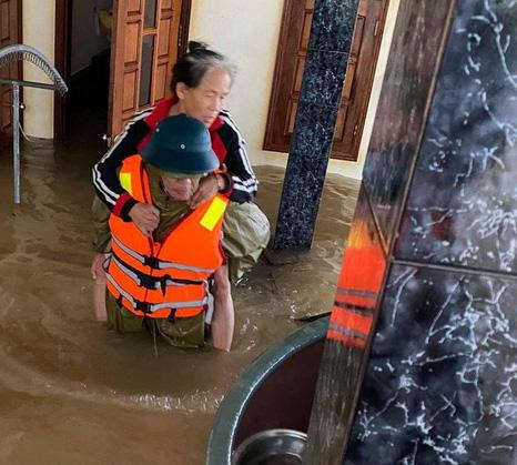 Bị thương vẫn đi cứu trợ dân vùng lũ, Chủ tịch xã tử vong - hình ảnh 2