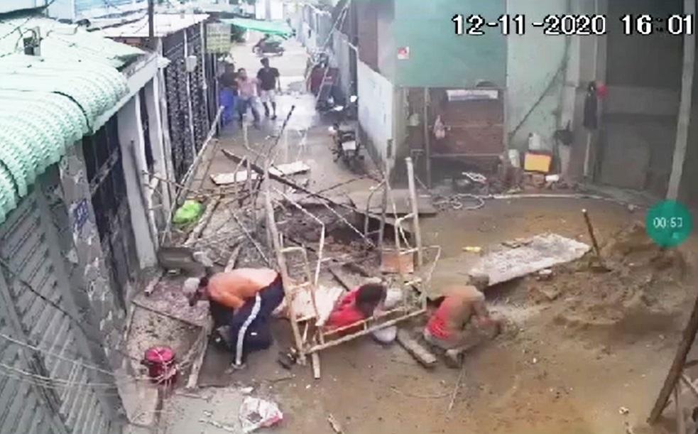 Clip ớn lạnh cảnh sập giàn giáo công trình, 3 người rơi xuống đất ở TP.HCM - hình ảnh 1