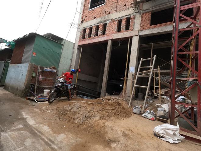 Clip ớn lạnh cảnh sập giàn giáo công trình, 3 người rơi xuống đất ở TP.HCM - hình ảnh 2