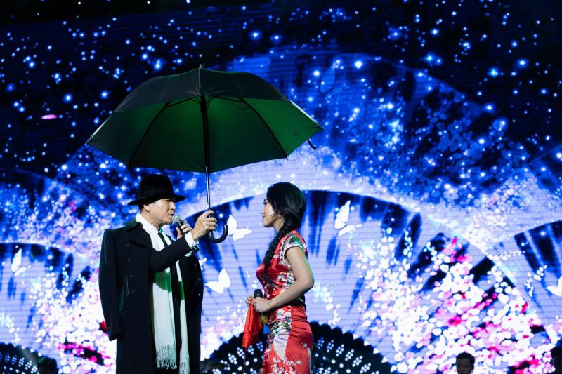 Danh ca Nguyễn Hưng thay 6 bộ trang phục trong liveshow tại Sài Gòn - 1
