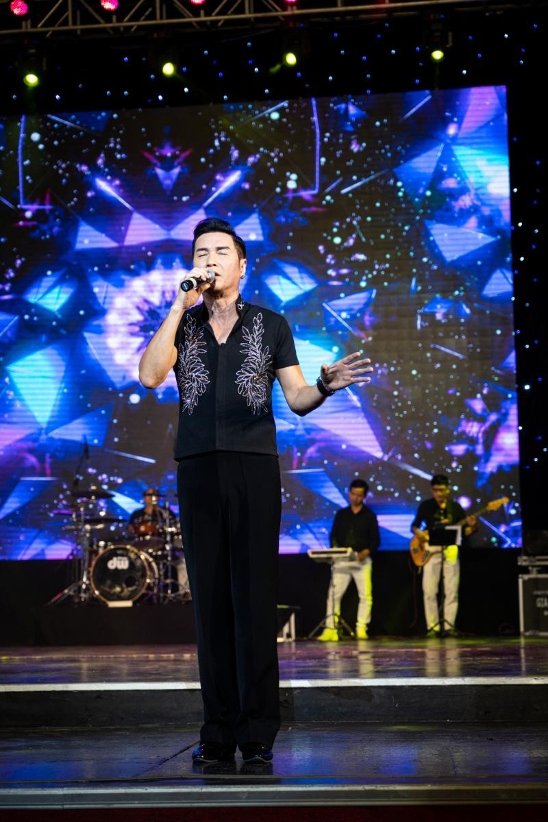 Danh ca Nguyễn Hưng thay 6 bộ trang phục trong liveshow tại Sài Gòn - 2