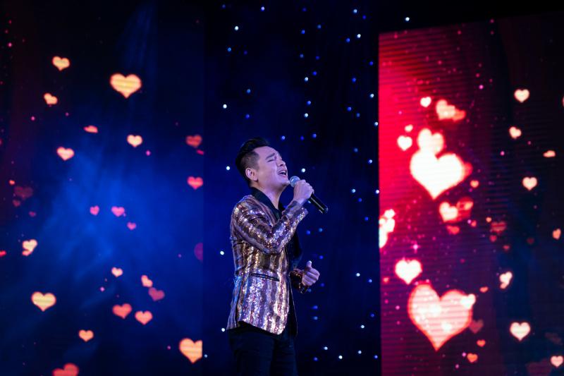 Danh ca Nguyễn Hưng thay 6 bộ trang phục trong liveshow tại Sài Gòn - 6
