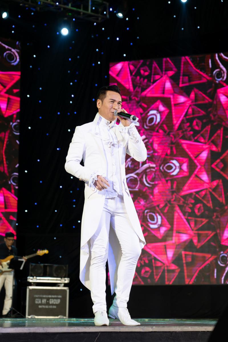 Danh ca Nguyễn Hưng thay 6 bộ trang phục trong liveshow tại Sài Gòn - 3