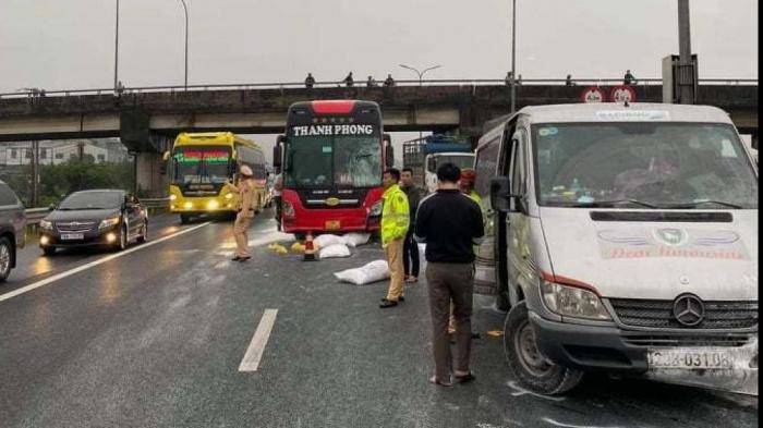 Bao tải bột đá rơi trắng cao tốc Pháp Vân – Cầu Giẽ, hai xe khách gặp nạn - hình ảnh 1