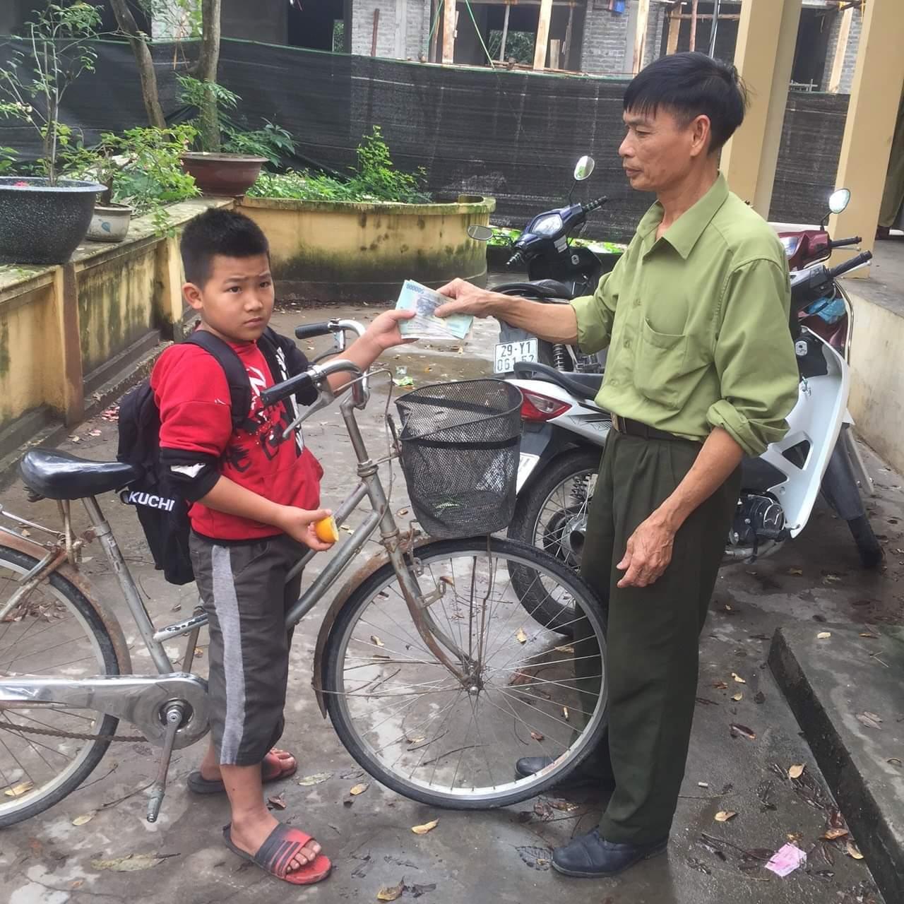 Nhặt được tiền trên đường đến lớp, nam sinh lớp 4 đạp xe lên xã nhờ trả lại - hình ảnh 1
