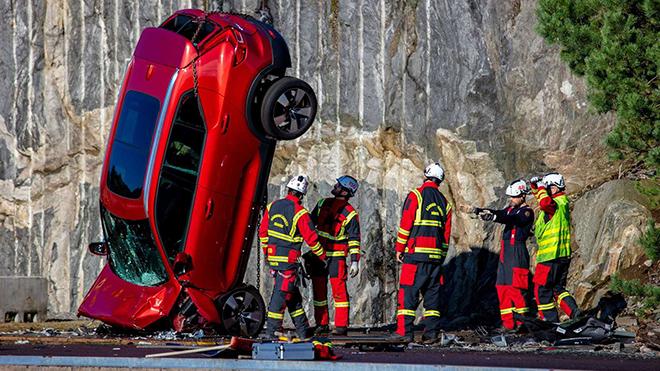 """Volvo """"chơi lớn"""" thả rơi các dòng xe từ độ cao 30m để thử nghiệm an toàn"""