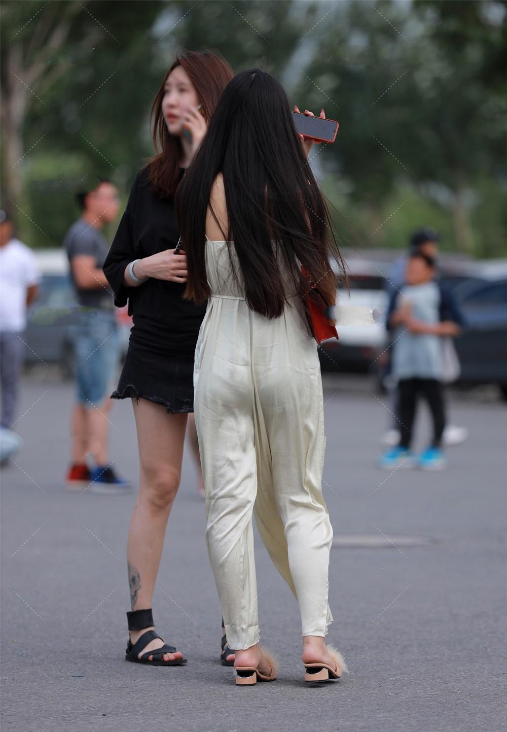 """Diện """"đồ bay"""" bằng lụa người đẹp đường phố kém duyên vì lỗi trang phục dính người - hình ảnh 3"""