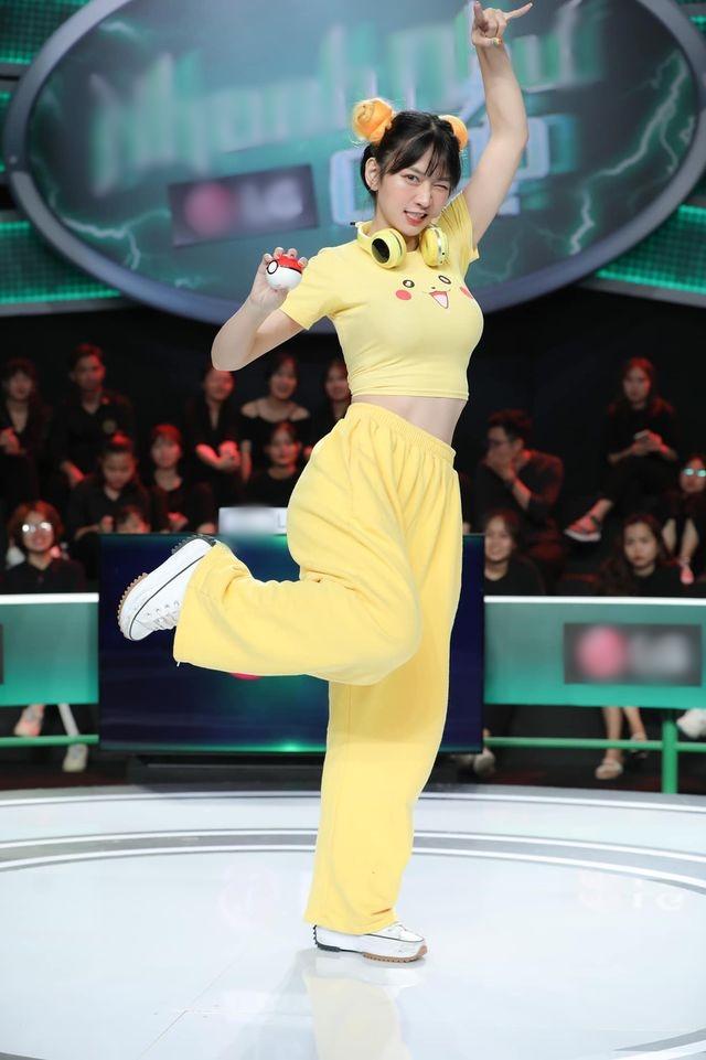 """""""Nữ thần gym"""" Lê Bống bị chỉ trích vì áo Pikachu vừa bó vừa ngắn trên truyền hình - 2"""