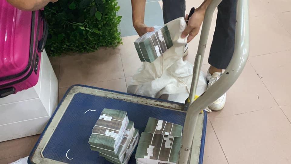 Lộ ảnh Thủy Tiên, Công Vinh dùng cả xe đẩy tiền tại ngân hàng khi đi cứu trợ - hình ảnh 4