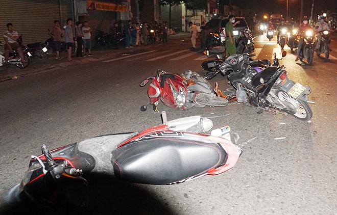 Sau tiếng gào thét và cảnh tượng hãi hùng ô tô tông 10 xe máy ở Sài Gòn - hình ảnh 1