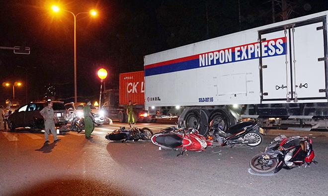 Sau tiếng gào thét và cảnh tượng hãi hùng ô tô tông 10 xe máy ở Sài Gòn - hình ảnh 2