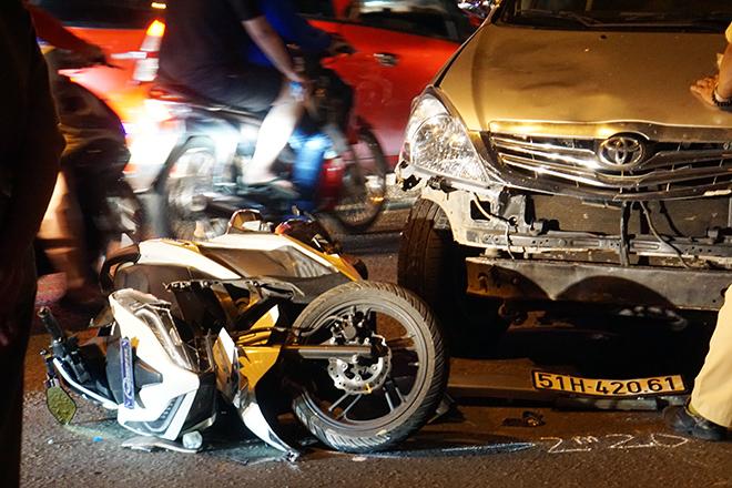 Sau tiếng gào thét và cảnh tượng hãi hùng ô tô tông 10 xe máy ở Sài Gòn - hình ảnh 3