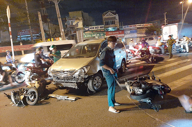 Sau tiếng gào thét và cảnh tượng hãi hùng ô tô tông 10 xe máy ở Sài Gòn - 4