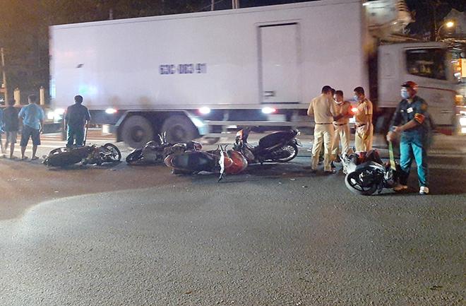 Sau tiếng gào thét và cảnh tượng hãi hùng ô tô tông 10 xe máy ở Sài Gòn - 5