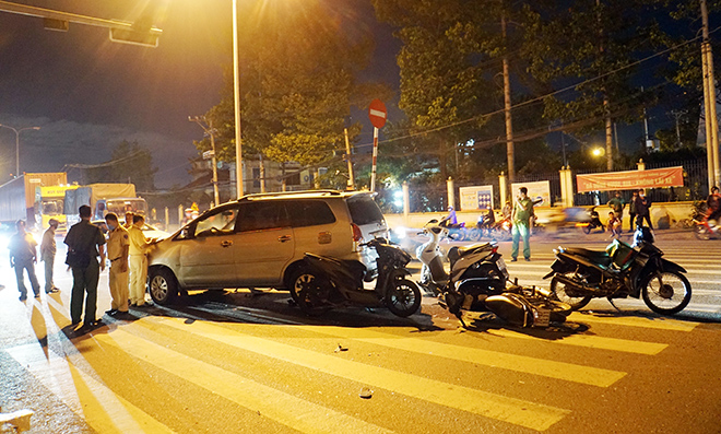 Sau tiếng gào thét và cảnh tượng hãi hùng ô tô tông 10 xe máy ở Sài Gòn - 7