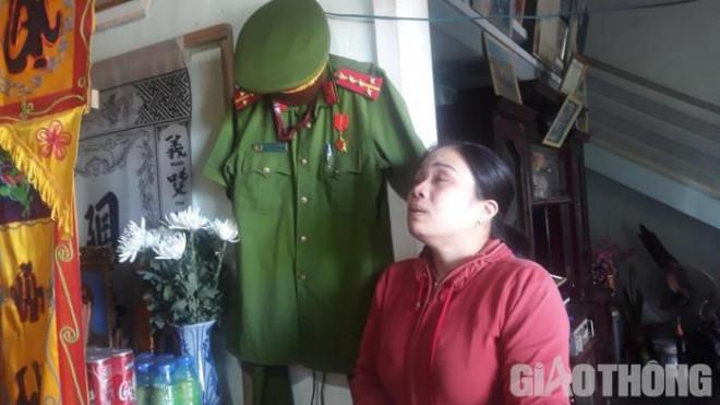 Vợ trẻ khóc nghẹn bên bộ quân phục đại úy của chồng tử vong vì TNGT - 2