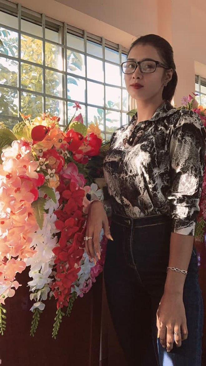 """Cô giáo được học sinh tặng hoa rồi khen: """"Cô là hoa hậu"""", CĐM ngỡ ngàng trước nhan sắc thật - 4"""